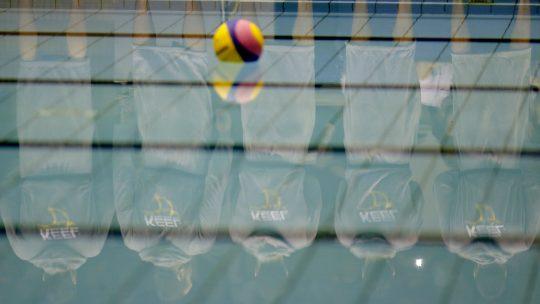 vaterpolo lopta u bazenu