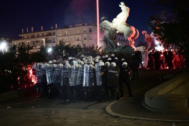 HAOS U BEOGRADU - Lete kamenice i baklje, policija ispred Skupštine