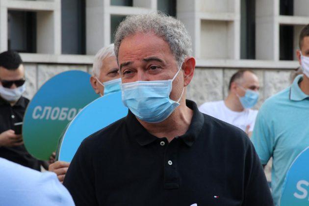 Zoran Lutova ispred Prekršajnog suda
