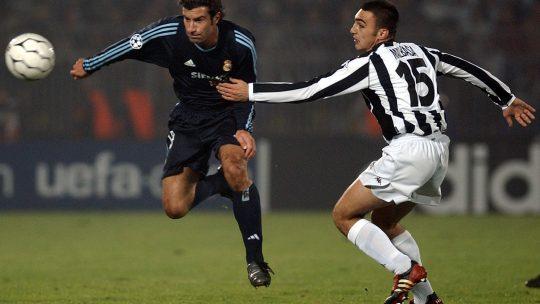 Nikola Malbaša pokušava da zaustavi Luisa Figa na utakmici Partizan - Real