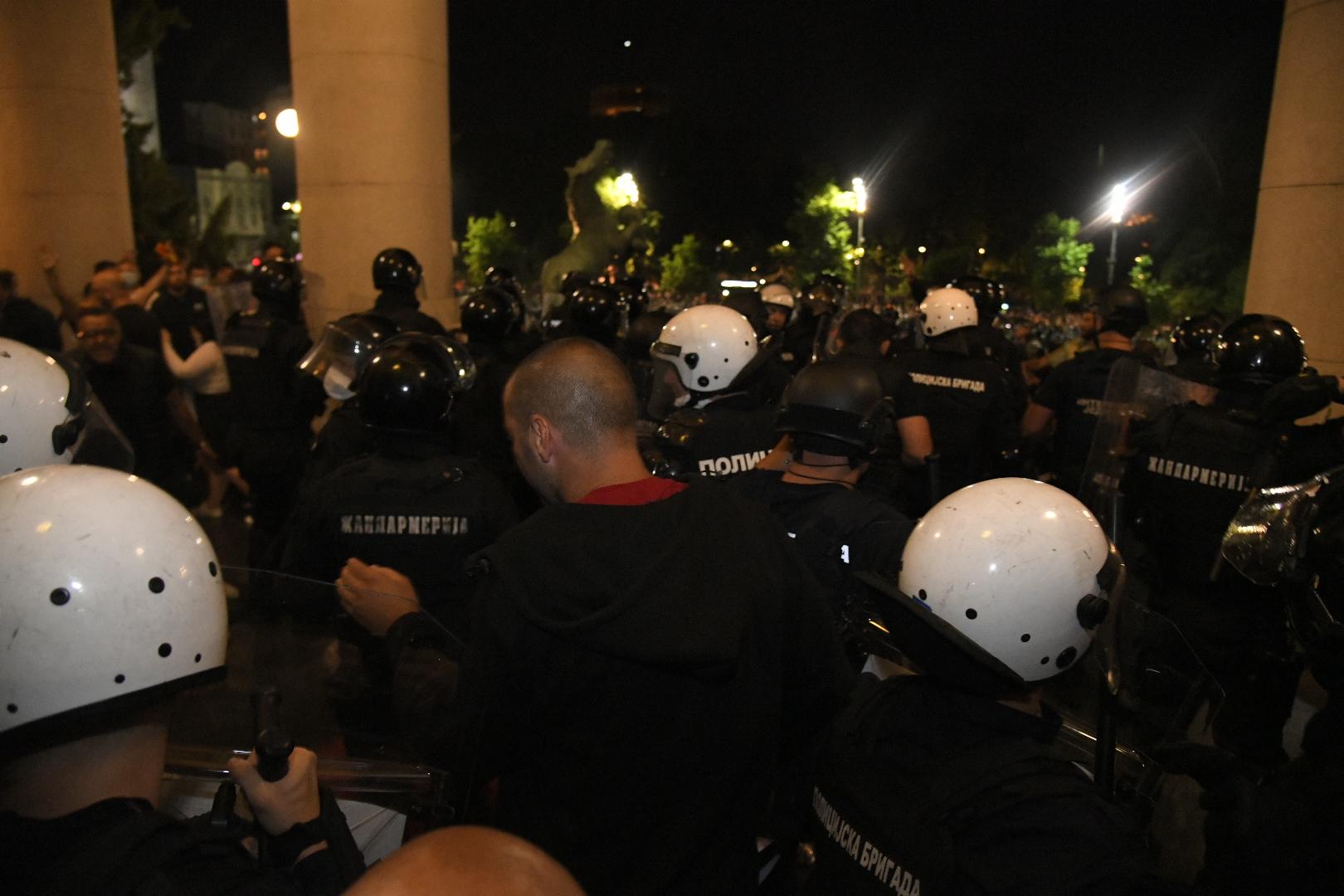 HAOS U BEOGRADU - Policija pendrecima izbacila građane iz skupštine