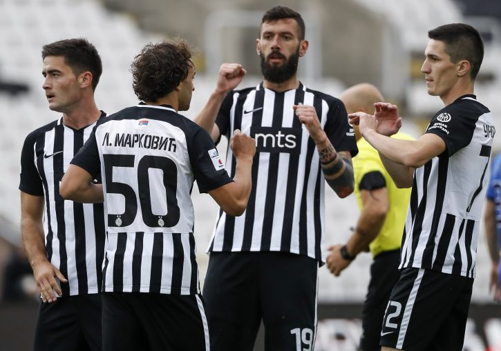 Aleksandar Šćekić proslavlja pogodak sa fudbalerima Partizana