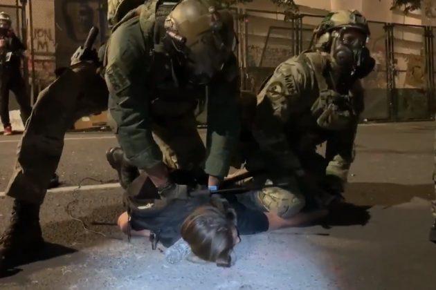 'Ne mogu da dišem': Savezni agent kolenom pritisnuo demonstrantkinju