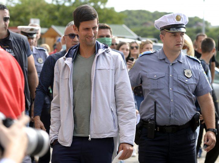 Novak Djokovic sa zastitnom maskom tokom posete Bosni