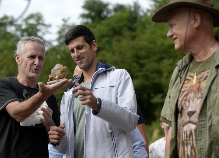 Novak Djokovic dobija suvenir na poklon
