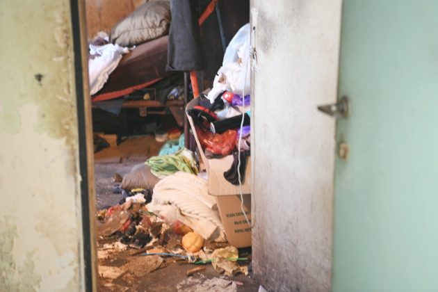 zapušten stan nepokretne žene