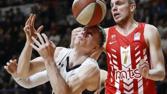 Davidovac pokušava da otme loptu Jaramazu u kušarkaškom derbiju