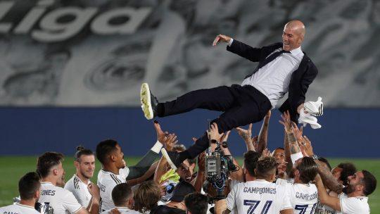 Zinedin Zidan na rukama igrača Reala