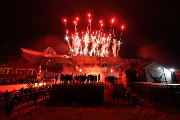 Navijači Liverpula ispred stadiona Enfild proslavljaju šampionsku titulu Liverpula