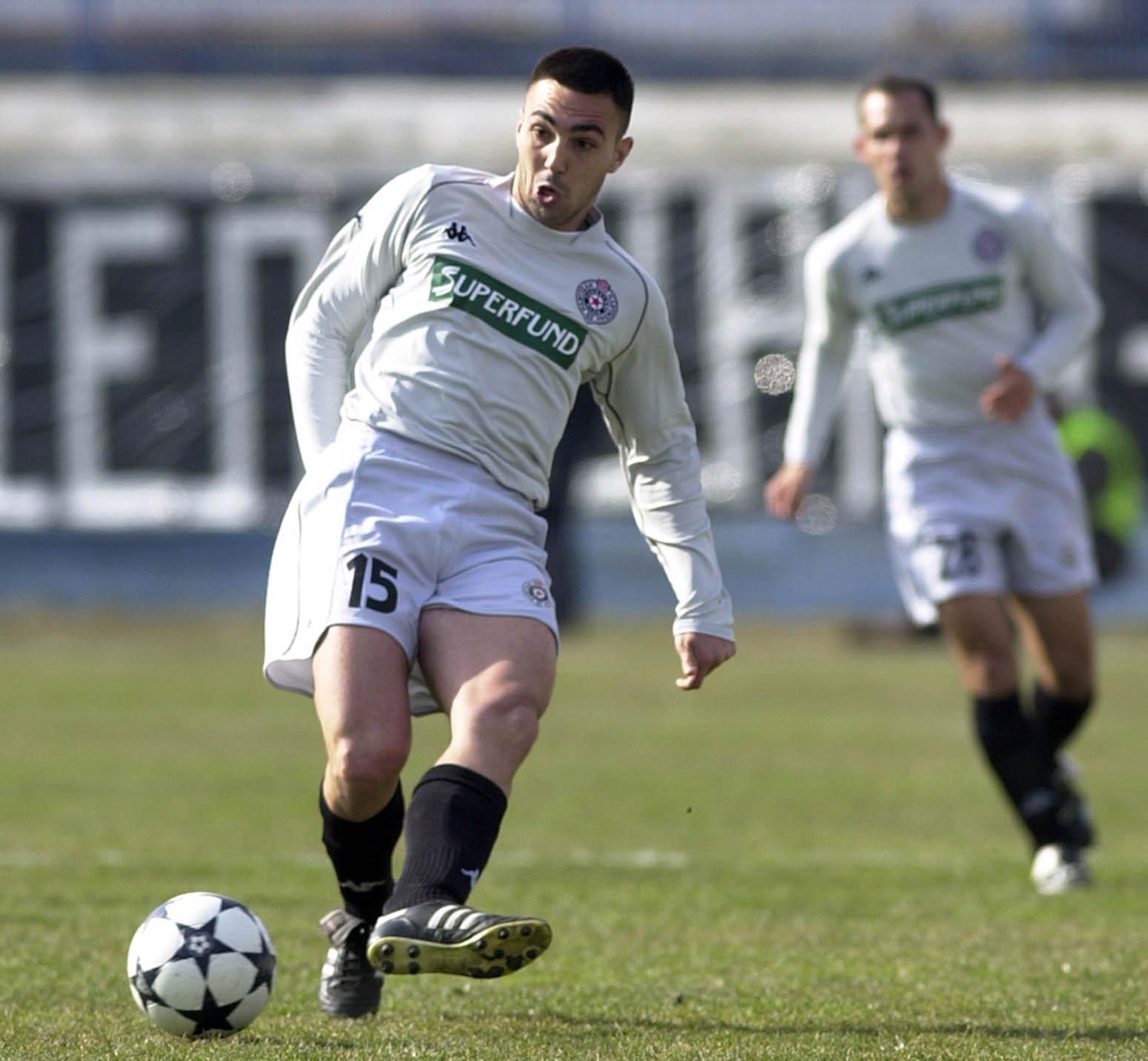 Fudbaler Nikola Malbaša dodaje loptu
