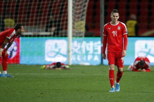 Mijat Gaćinović napušta teren posle poraza od Ukrajine dok njegovi saigrači leže na travi