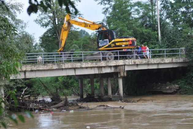 Most na Zapadnoj Moravi oštećen zbog nagomilanog smeća