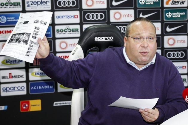 Vladimir Vuletić pokazuje papire na konferenciji za novinare