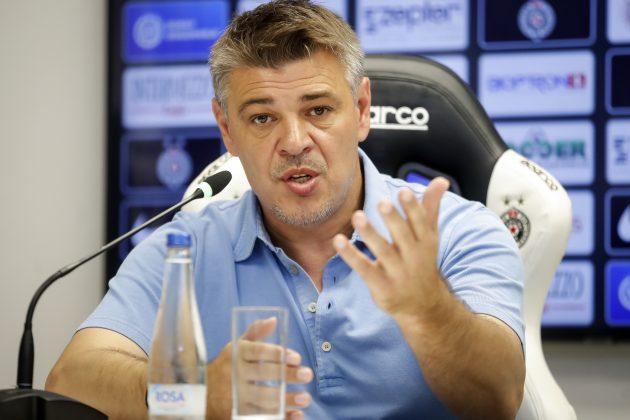 Savo Milošević objašnjava na konferenciji za novinare situaciju u ekipi Partizana