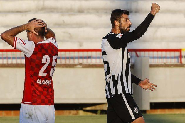 Uroš Vitas slavi zbog dosuđenog kaznenog udarca dok se fudbaler Napretka hvata za glavu