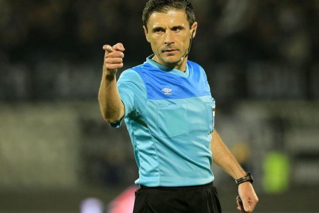 Milorad Mažić, najbolji srpski fudbalski sudija, donosi odluku na terenu
