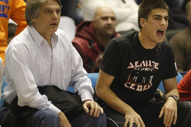 Dušan I Vujadin Savić navijaju tokom košarkaške utakmice Crvene zvezde