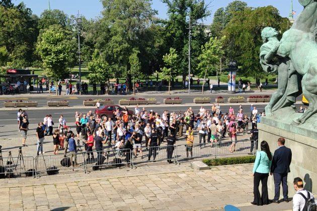 Okupljeni građani ispred Narodne skupštine