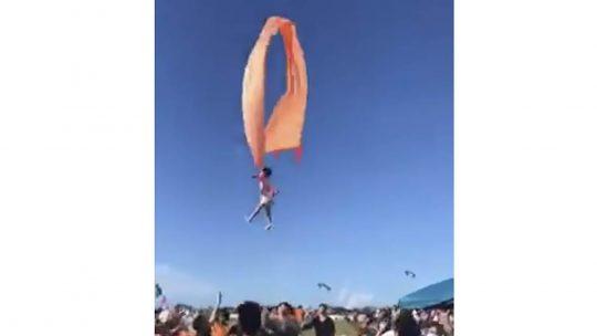 Tajvanski festival zmajeva, devojcica poletela sa zmajem