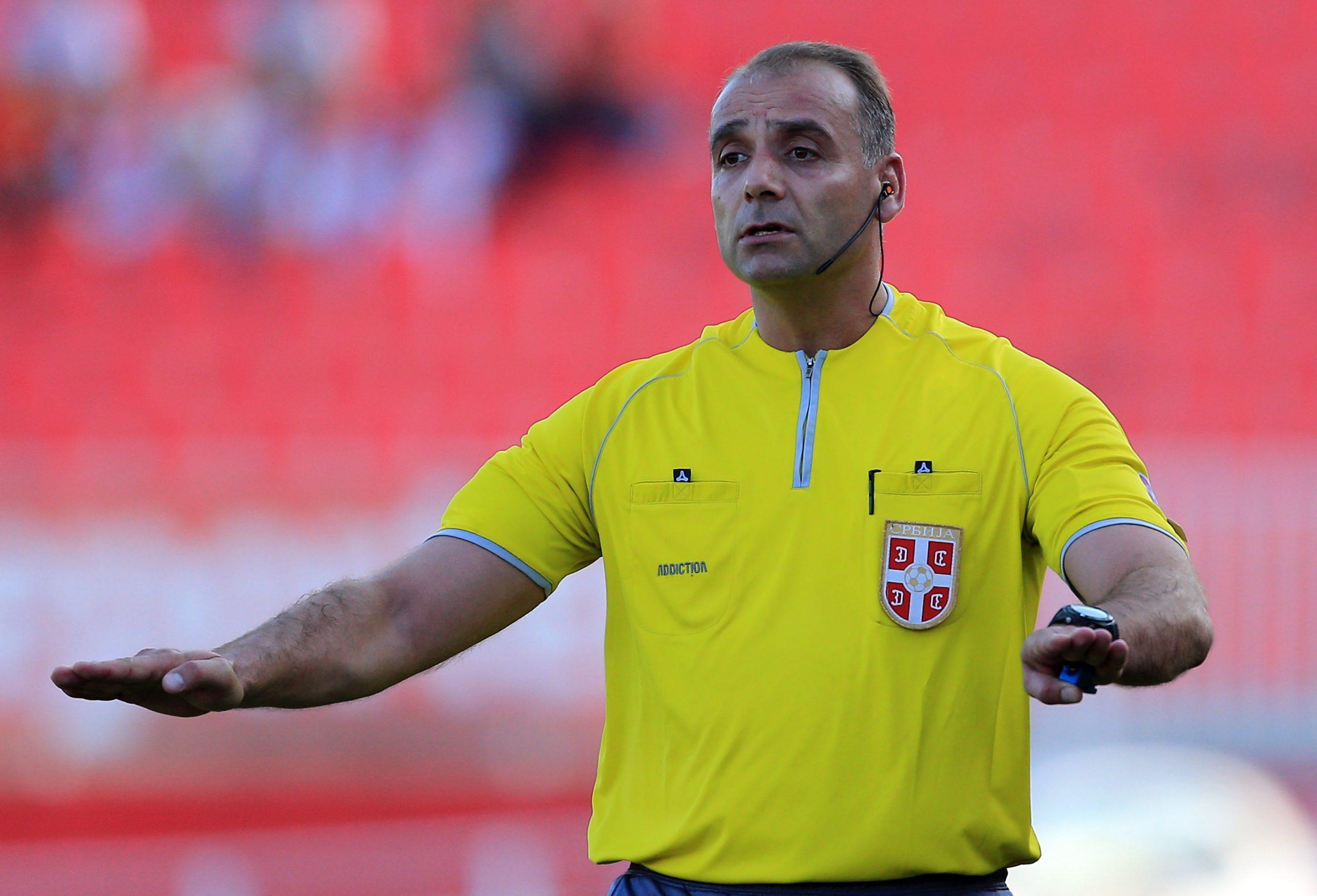Srđan Obradović, fudbalski sudija, donosi odluku na utakmici
