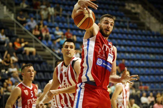 Milan Milovanović osvaja loptu pod košem Crvene zvezde