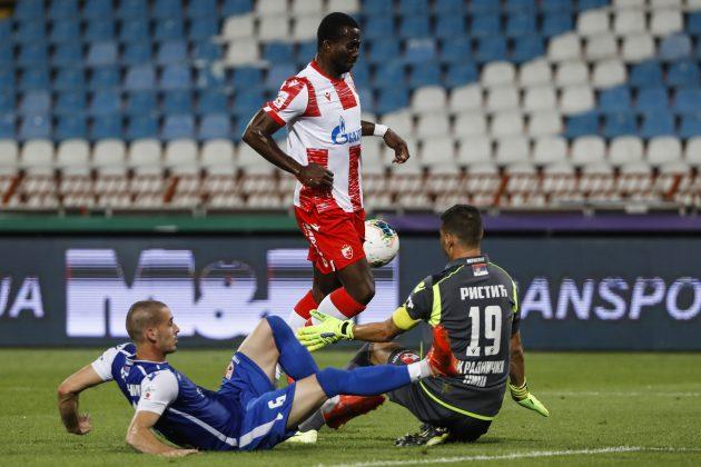 Sanogo izlazio kao pobednik sa protivničkim fudbalerima i odnosi loptu