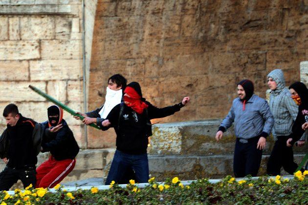 Huligani napadaju navijača iz protivničke grupe