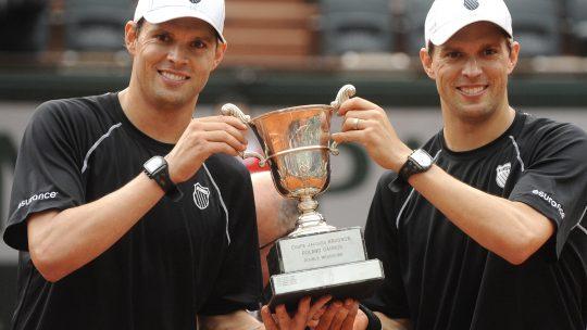 Bob I Majkl Brajan, američki teniseri i blizanci, poziraju sa peharom osvojenim na Rolan Garosu