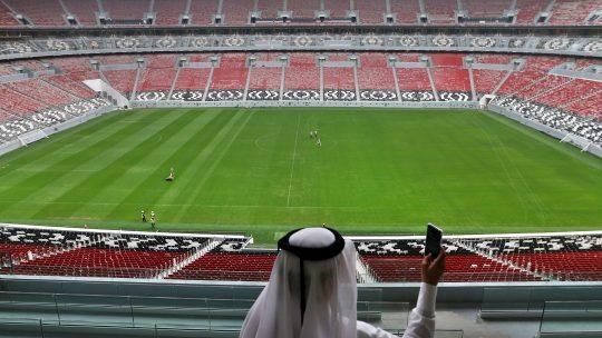 Šeik pozira na praznom stadionu u Kataru