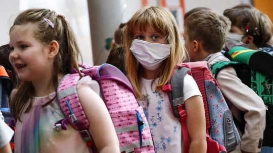 Deca sa zastitnim maskama idu u skolu