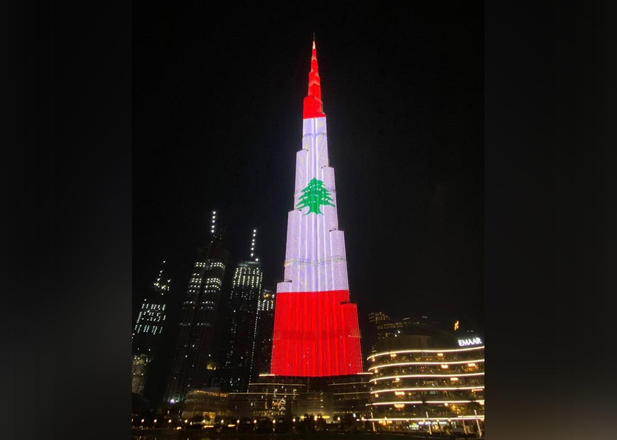 Egipatske piramide i Burž Kalifa u bojama libanske zastave