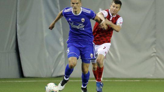 Nenad Cvetković iznosi loptu na protivničku polovinu terena