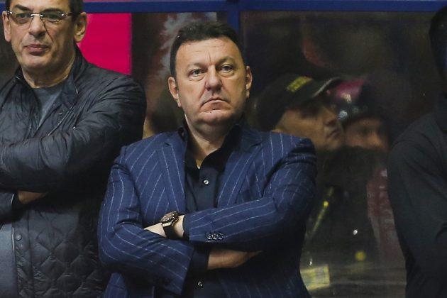 Dragan Bokan, predsednik Košarkaškog kluba Budućnost, zamišljen posmatra utakmicu svog kluba