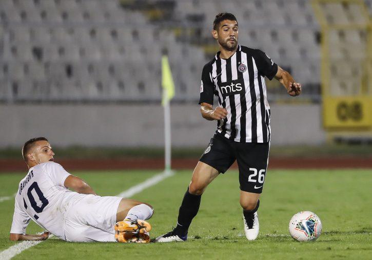 Aleksandar Miljković prolazi protivničkog igrača koji ga prati pogledom sa trave