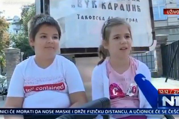 Decak i devojcica pricaju o maskama u skoli