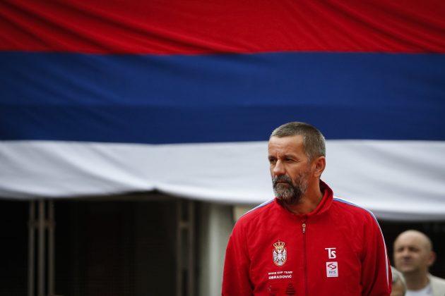 Bogdan Obradović stoji ispred srpske zastave