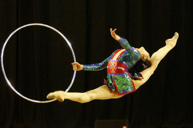 Gimnastičarka izvodi vežbu u parteru