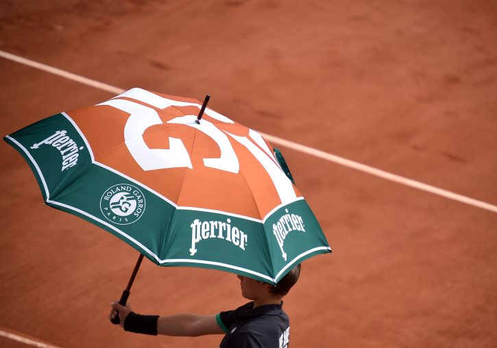 Dečak drži kišobran sa oznakom Rolan Garosa