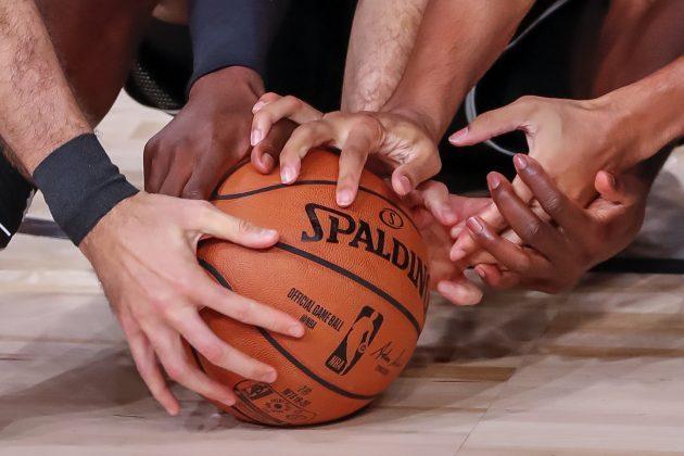 Borba košarkaša za loptu