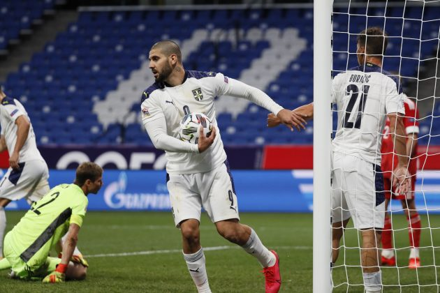 Aleksandar Mitrović dtrži loptu dok slavi pogodak protiv Rusije