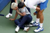 Novak pomaže sudiji koju je pogodio loptom
