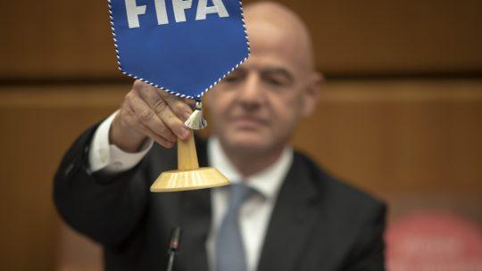 Predsednik FIFA infantino podiže zastavicu sa stola