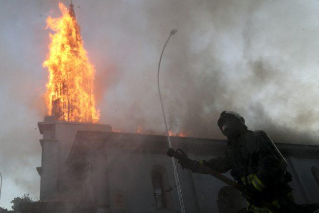 Zapaljena crkva u Čileu