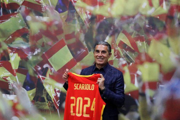 Serđo Skariolo pozira sa dresom španske reprezentacije na kojem piše do kada ima novi ugovor