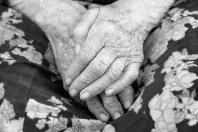 starica; baka; ruke; starost