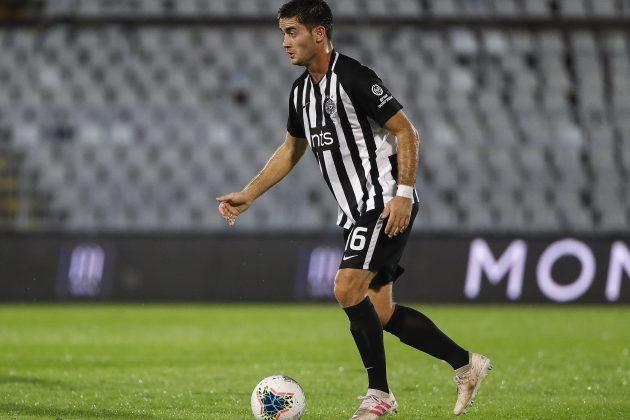 Saša Zdjelar fudbaler Partizana kontroliše loptu