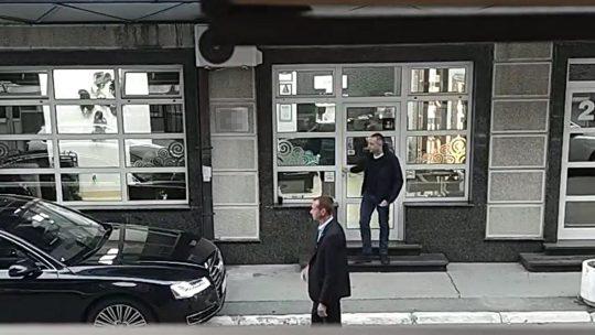 Aleksandar Vulin izlazi iz salona bez maske