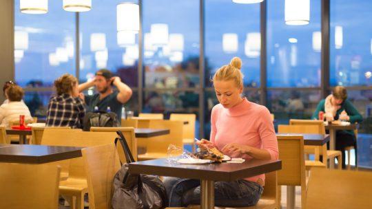 žena jede; ručak; restoran