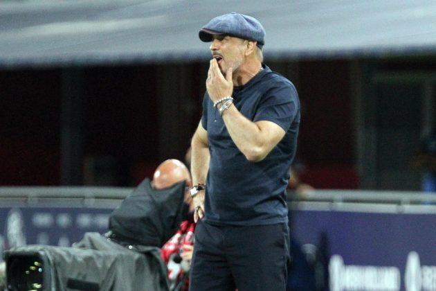 Siniša Mihajlović stoji zabrinut pored terena