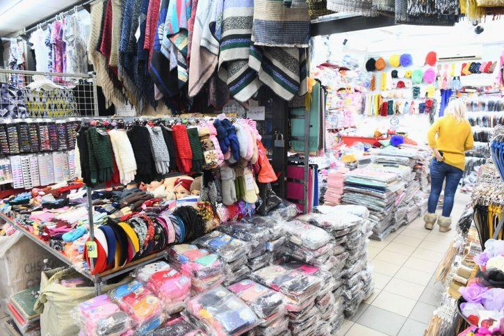Prodavacica u kineskoj prodavnici